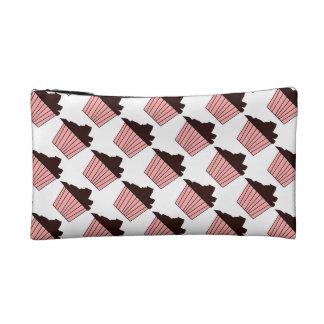 Köstlicher niedlicher rosa kleiner Kuchen mit Makeup-Tasche