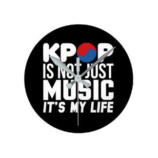 Kpop ist meine Leben-Slogan-Grafiken (dunkel) Runde Wanduhr
