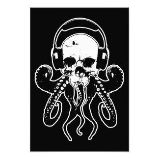Kraken-Schädel DJ mit Kopfhörer-gotischer Kunst Photodruck