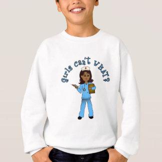 Krankenschwester im Blau scheuert sich Sweatshirt