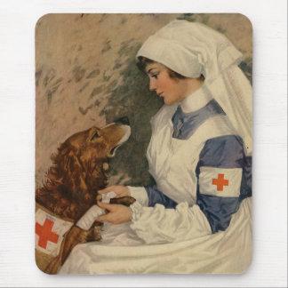 Krankenschwester mit goldenem Retriever 1917 Mousepads