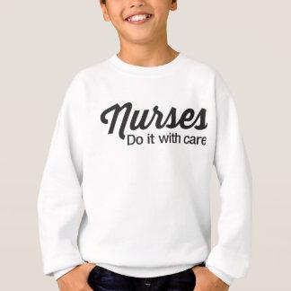 Krankenschwestern tun es sorgfältig sweatshirt