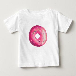 Krapfen mit rosa Zuckergusse und besprüht Baby T-shirt