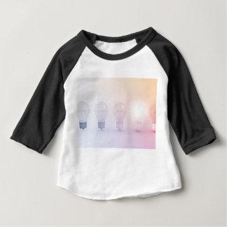 Kreatives Denken mit der Glühlampe belichtet Baby T-shirt