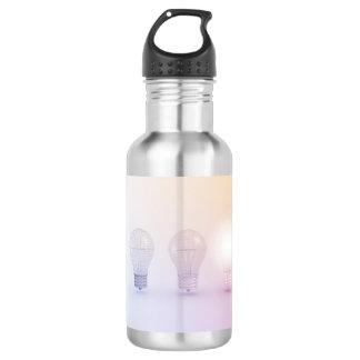 Kreatives Denken mit der Glühlampe belichtet Edelstahlflasche