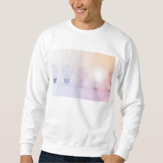 Kreatives Denken mit der Glühlampe belichtet Sweatshirt