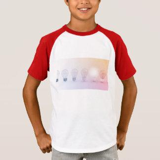 Kreatives Denken mit der Glühlampe belichtet T-Shirt