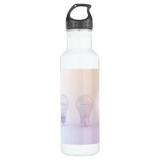Kreatives Denken mit der Glühlampe belichtet Trinkflasche