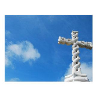 Kreuz in den Wolken und im blauen Himmel Postkarte