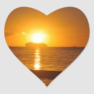 Kreuzfahrt am Sonnenuntergang Herz-Aufkleber