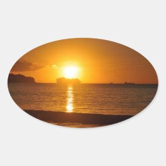 Kreuzfahrt am Sonnenuntergang Ovaler Aufkleber