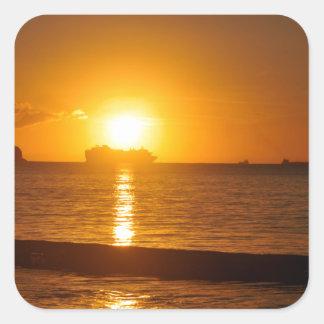 Kreuzfahrt am Sonnenuntergang Quadratischer Aufkleber
