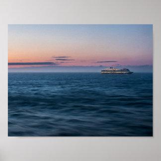 Kreuzschiff am Sonnenuntergang Poster