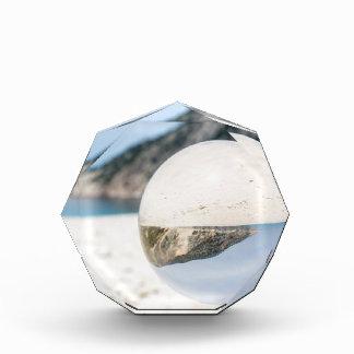 Kristallball auf sandigem griechischem Strand Acryl Auszeichnung
