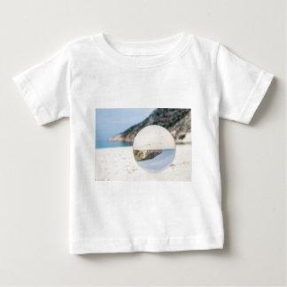 Kristallball auf sandigem griechischem Strand Baby T-shirt