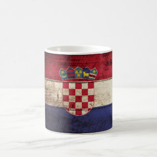Kroatien-Flagge auf altem hölzernem Korn Kaffeetasse