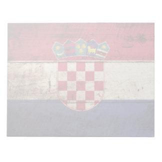Kroatien-Flagge auf altem hölzernem Korn Notizblock