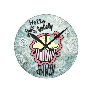 Kuchen-Cartoon auf blauem Damast, hallo reizend! Runde Wanduhr