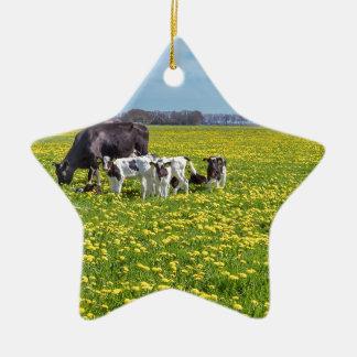 Kuh mit den Kälbern, die in der Wiese mit Keramik Ornament