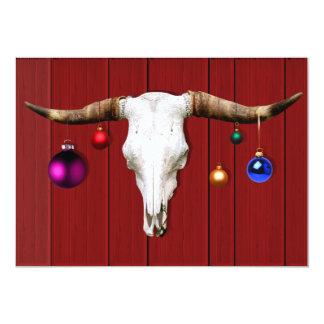 Kuh-Schädel mit Weihnachtsverzierungen auf roter Karte