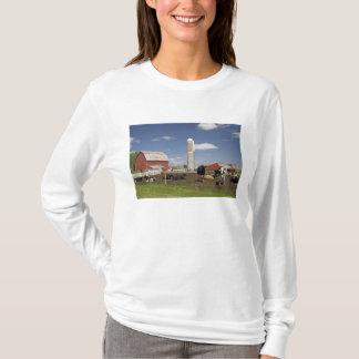 Kühe vor einer roten Scheune und einem Silo auf T-Shirt