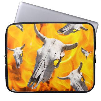 Kuhschädel und -feuer laptop sleeve