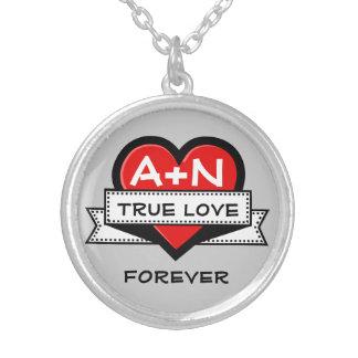 Kundenspezifisches Liebe-Initialen-Herz mit Band Halskette Mit Rundem Anhänger
