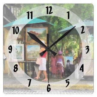 Kunstausstellung in San Juan Quadratische Wanduhr