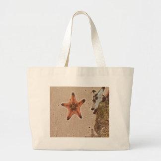 Künstlerische neutrale Person bräunt Starfish auf Jumbo Stoffbeutel