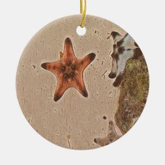 Künstlerische neutrale Person bräunt Starfish auf Keramik Ornament