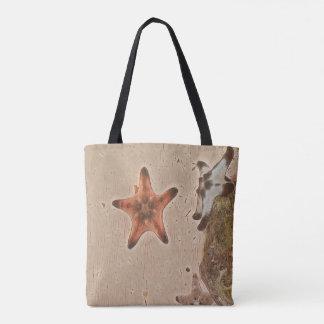 Künstlerische neutrale Person bräunt Starfish auf Tasche