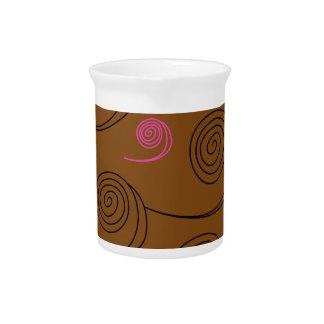 Künstlerisches Spiralenschwarzes auf Braun Getränke Pitcher