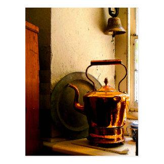 Kupferner Tee-Kessel auf Windowsill Postkarte