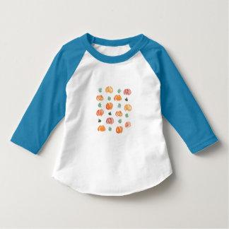 Kürbise mit Blätter-Kleinkindraglan-T - Shirt