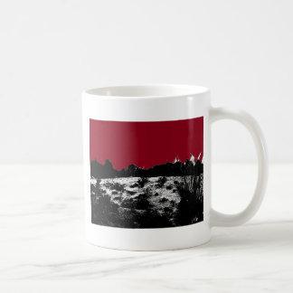 Kurve des Erddunkelroten Himmels über Wüste Kaffeetasse