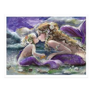 Küssen der Mamma-und Baby-Meerjungfrauen in Lila Postkarte