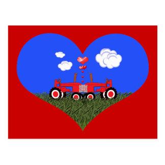 Küssen der Traktoren unter Herzen Postkarte