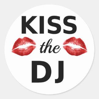 Küssen Sie das DJ mit roten Lippenstiftspuren Runder Aufkleber