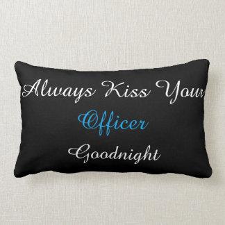 Küssen Sie immer Ihr lumbales Kissen des Offiziers