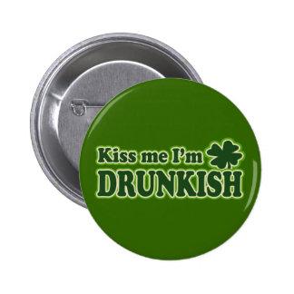 Küssen Sie mich, den ich Drunkish bin Anstecknadelbutton