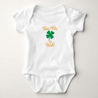 Küssen Sie mich, den ich irischer Baby-Bodysuit Baby Strampler