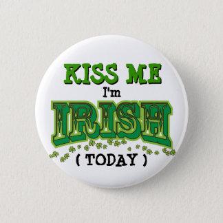 Küssen Sie mich, den ich irischer Tag-lustiges Runder Button 5,7 Cm