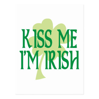 Küssen Sie mich, den ich irisches grünes Kleeblatt Postkarte
