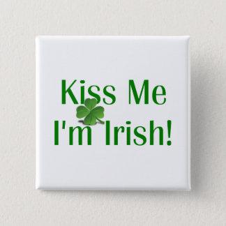 Küssen Sie mich, den ich irisches Kleeblatt bin Quadratischer Button 5,1 Cm