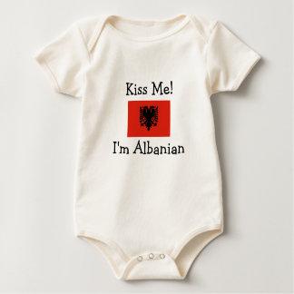 Küssen Sie mich! Ich bin albanisch Strampelanzug
