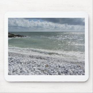 Küste des Strandes an einem bewölkten Tag am Mousepad