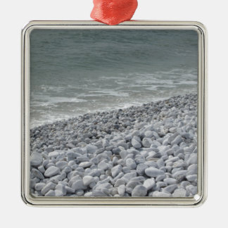 Küste des Strandes an einem bewölkten Tag am Quadratisches Silberfarbenes Ornament