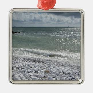 Küste des Strandes an einem bewölkten Tag am Silbernes Ornament