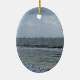 Küste des Strandes mit Segelbooten auf dem Ovales Keramik Ornament
