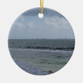 Küste des Strandes mit Segelbooten auf dem Rundes Keramik Ornament